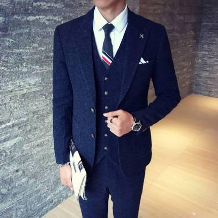 темно-синий классический костюм