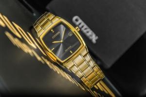 металлические часы с модным дизайном