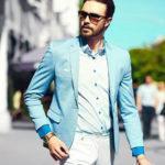 мужчина в голубом пиджаке
