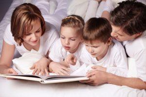 читают книгу.