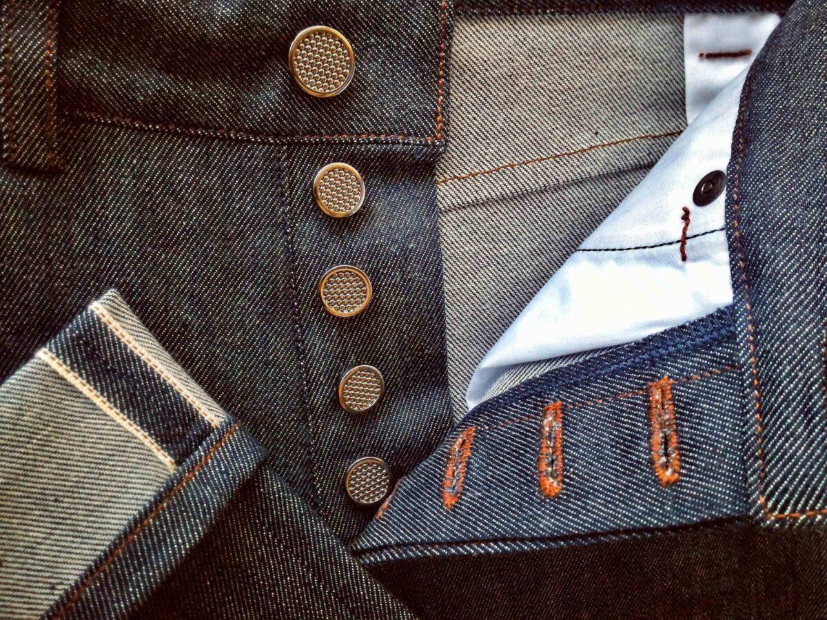 джинсы на пуговицах