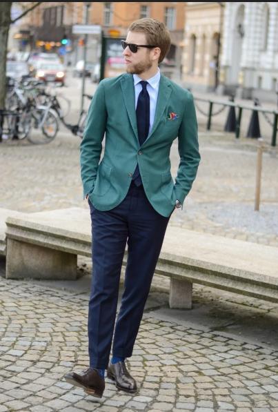 зеленый костюм и галстук