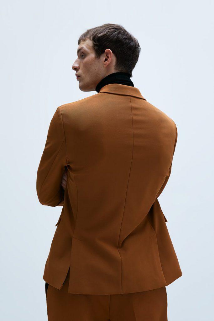 коричневый пиджак со спины